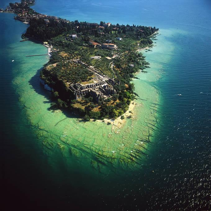 Isola sul lago di Garda vista dall'elicottero